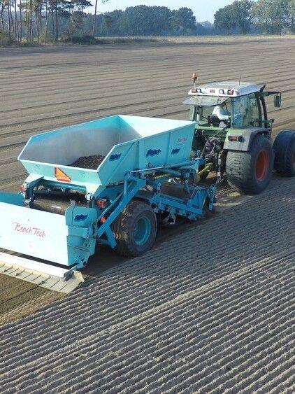 BeachTech Strandreiniger mit Traktor Demonstration Rollrasenvorbereitung