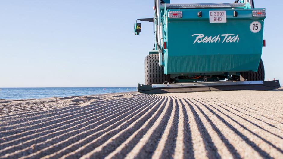 Gezogener Strandreiniger BeachTech Demonstration Sandreinigung am StrandPulled Beach Cleaner BeachTech Demonstration Beach Sand Cleaning