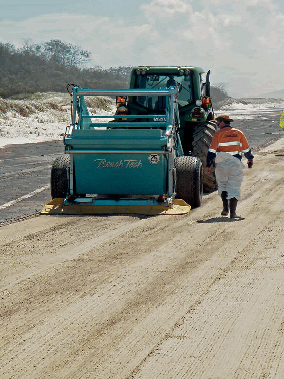BeachTech Strandreiniger Demonstration Sandreinigung von Öl