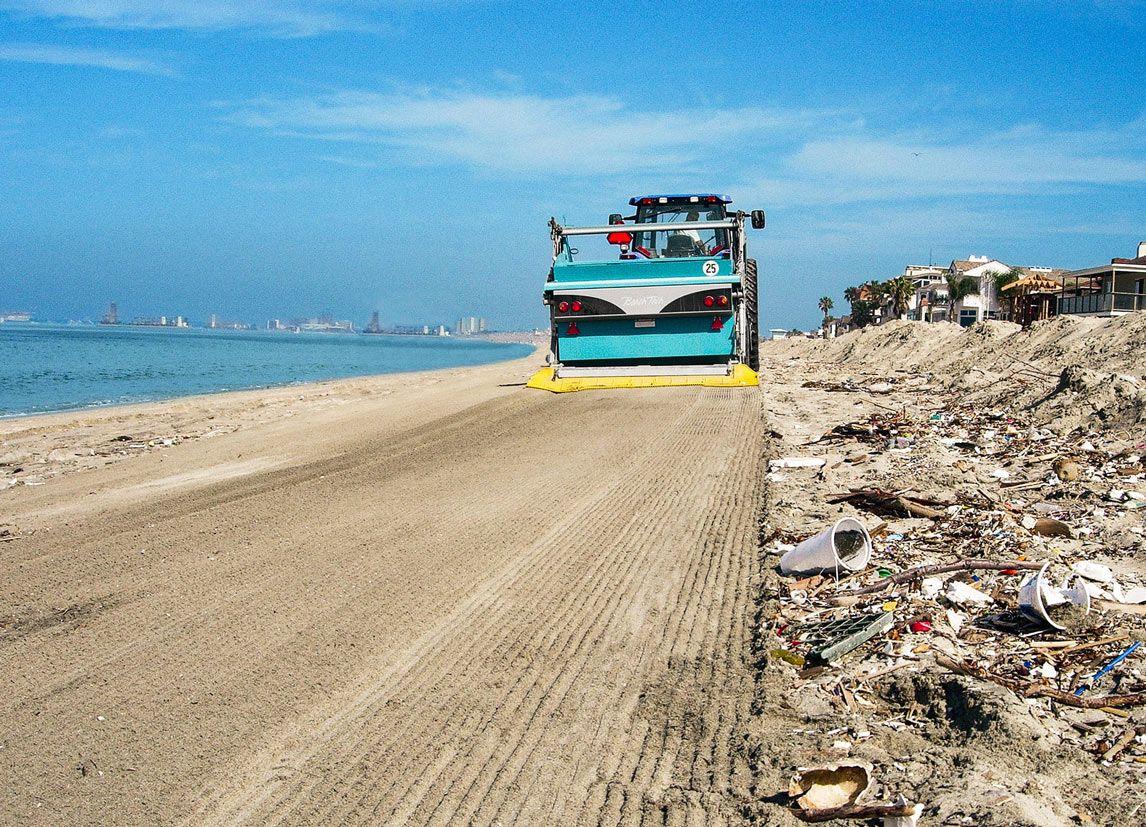 Der Strand wird von Unmengen an Palstikmüll und anderen Verunreinigungen mit dem BeachTech gereinigt.