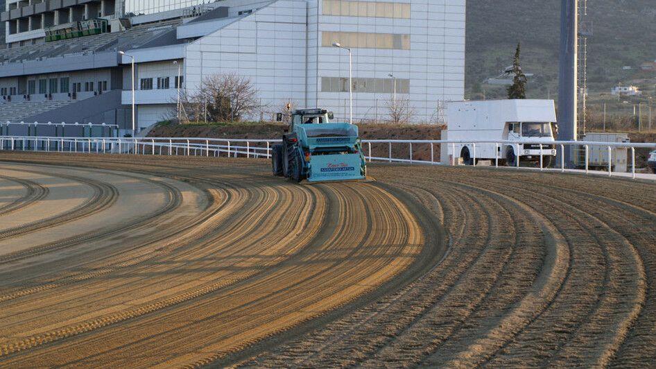 Gezogener Strandreiniger BeachTech mit Traktor Sandreinigung auf Pferderennbahn