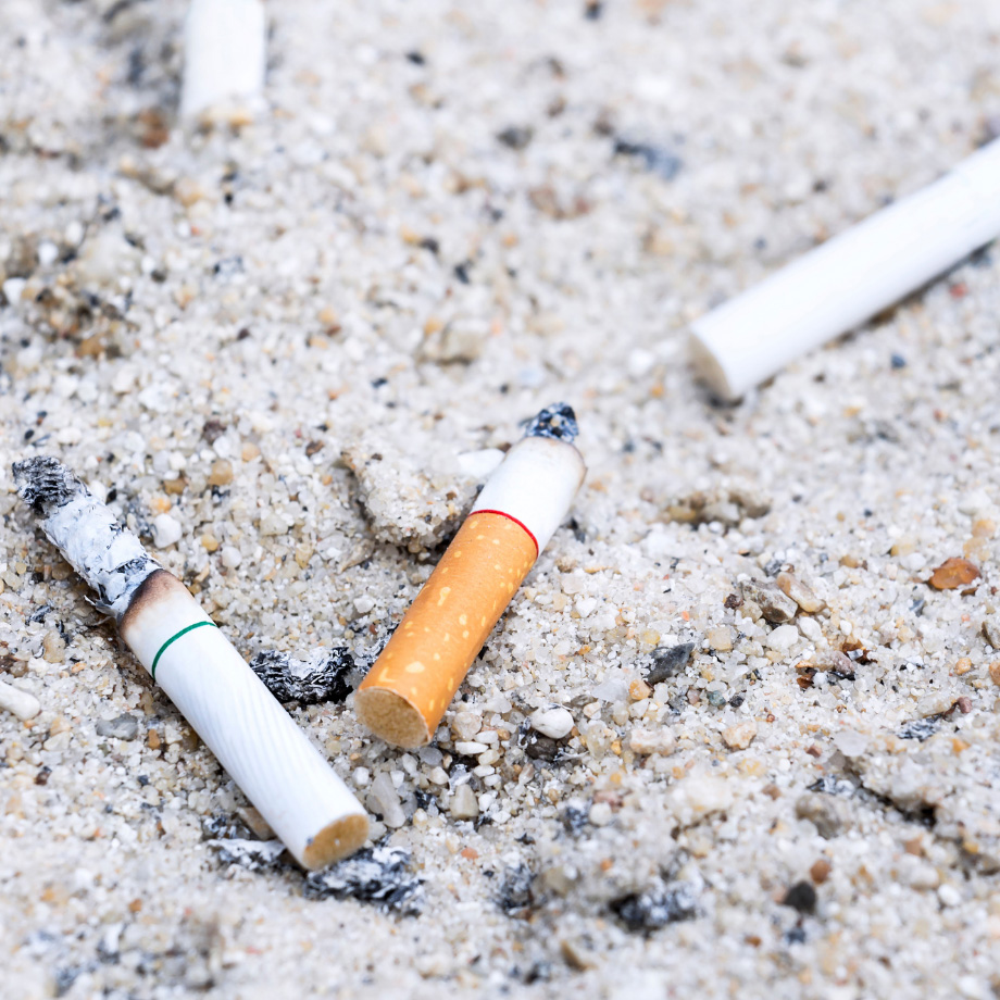 Zigaretten im Sand