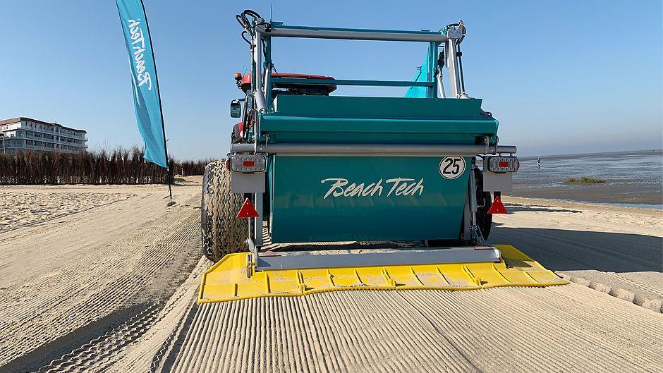 Der Sandstrand wird von kleinsten Verunreinigungen mit dem BeachTech 2000 befreit.
